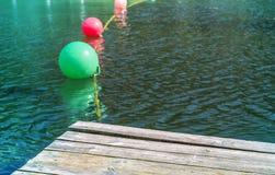 Stubarwny pociesza na ciemnej małej falistej wodzie znak ostrzegawczy dla pływaczek fotografia stock