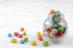 Stubarwny round cukierek w szklanym słoju na białym tle obrazy stock