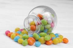Stubarwny round cukierek w szklanym słoju na białym tle obraz royalty free