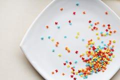 Stubarwny słodki motyli kropienie na talerzu obraz stock