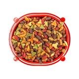Stubarwny suchy kot lub psi jedzenie w czerwonym pucharze odizolowywającym na białym tle Zdjęcia Stock