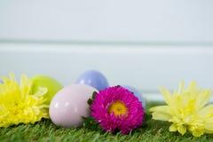 Stubarwny Wielkanocny jajko na trawie Fotografia Royalty Free