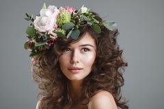 Stubio piękna portret śliczna młoda kobieta z kwiat koroną Fotografia Stock