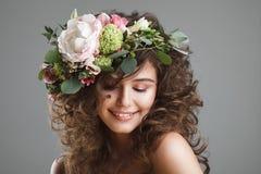 Stubio piękna portret śliczna młoda kobieta z kwiat koroną Zdjęcia Stock