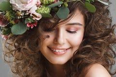 Stubio piękna portret śliczna młoda kobieta z kwiat koroną Obraz Royalty Free