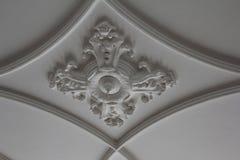 Stuck Ornament. An einer Decke, von Gradbögen flankiert, gotische Decke, gotische Bögen, gotische Rosette, Stuckdecke, Stuckornament, gotisch stock photo