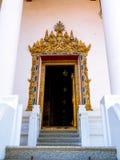 Stuckaturdörrram med målad guld Royaltyfri Bild