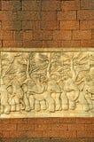 Stuckaturen sned väggen med laterite blockerar väggen fotografering för bildbyråer