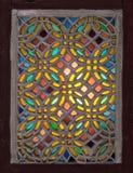 Stuckaturfönster som dekoreras med färgrikt fläckexponeringsglas med geometriska runda modeller, en ottomaneratradition royaltyfri foto