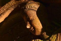 Stuckaturgudinna som är sakral med grön mossa Royaltyfri Bild