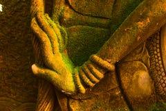 Stuckaturgudinna som är sakral med grön mossa Royaltyfria Bilder