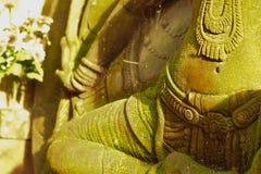 Stuckaturgudinna som är sakral med grön mossa Fotografering för Bildbyråer