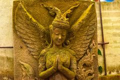 Stuckaturgudinna som är sakral med grön mossa Royaltyfria Foton