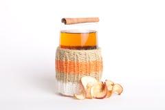 Stucken glass ryss sbiten med med torkade äpplen och kanelbruna pinnar Arkivfoto