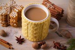 Stucken gul kopp med den varma vinterdrinken, kakor, kanel, garneringar cozy arkivbilder