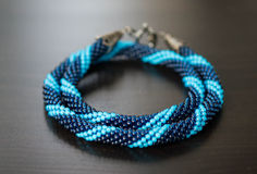 Stucken halsband från blåa pärlor av två skuggor arkivbilder