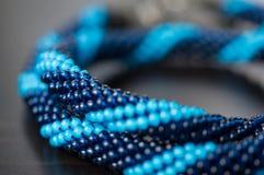 Stucken halsband från blåa pärlor av två skuggor arkivbild