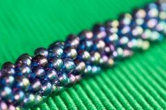 Stucken halsband från blått-gräsplan pärlor Arkivbild
