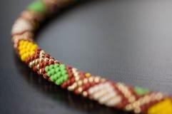 Stucken halsband från pärlor med en geometrisk modell fotografering för bildbyråer