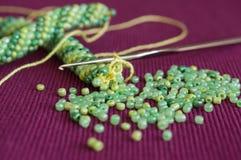 Stucken halsband och de spridda pärlorna Royaltyfri Foto