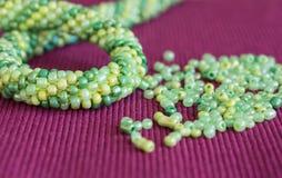 Stucken halsband och de spridda pärlorna royaltyfri fotografi