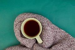 Stucken halsduk med den varma kopp te arkivfoto