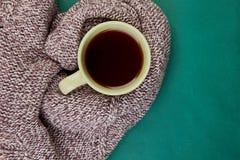 Stucken halsduk med den varma kopp te fotografering för bildbyråer