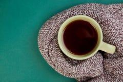 Stucken halsduk med den varma kopp te royaltyfri bild