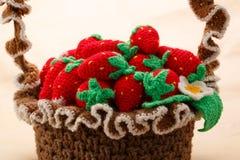 Stucken jordgubbe i korg Royaltyfri Bild