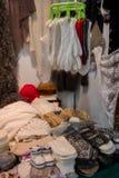 stucken kläder Stack handskar och sockor med färgrika prydnader som är till salu på marknaden arkivbilder
