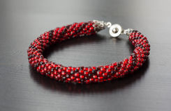 Stuckit armband från pärlor av två skuggor av röd färg Royaltyfria Foton