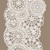 Stuckit delikat snör åt av runda doilies, den sömlösa modellen - den vita konturn på beige bakgrund stock illustrationer