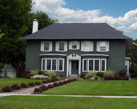 Stucko Colonial. Perfect colonial type home with freshly cut grass and beautiful garden Stock Photography