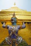 Halber Engel des halben Affen, der goldenes chedi trägt stockbilder