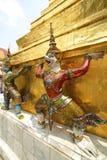 Einzigartige Zahlen der thailändischen buddhistischen Völker an chedi Basis stockfoto