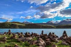 Stuctures утеса на Chandrataal с окружающими горами Стоковое Изображение