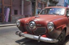 Studebaker vermelho em Havana, Cuba Fotografia de Stock Royalty Free