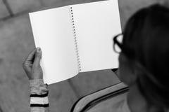 Studenccy chwyty otwierają notatnika, odgórny widok, czarny i biały fotografia Obrazy Stock