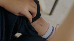 Studenccy uses oszukiwają notatki na egzaminie lub tescie przy szkołą zdjęcie wideo