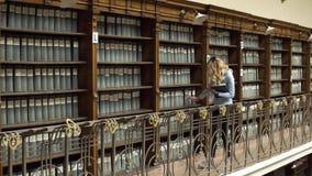 Studenccy wp8lywy rezerwują od półek w bibliotece zdjęcie wideo