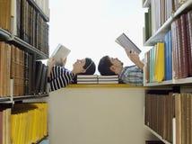 Studenci Collegu Czyta W bibliotece Obraz Royalty Free