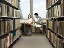 Studenci Collegu Robi pracie domowej W bibliotece Obraz Stock