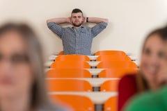 Studenci Collegu W Odczytowym pokoju Przy szkołą średnią zdjęcia stock