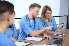 Studenci medycyni w mundur?w studiowa? zdjęcie royalty free