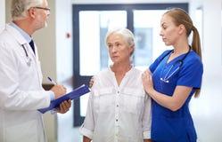 Studenci medycyny i starsza cierpliwa kobieta przy szpitalem Zdjęcie Royalty Free