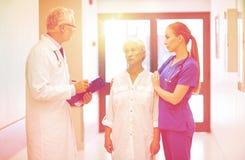 Studenci medycyny i starsza cierpliwa kobieta przy szpitalem Obrazy Stock