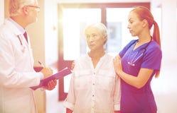 Studenci medycyny i starsza cierpliwa kobieta przy szpitalem Fotografia Royalty Free