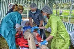 Studenci medycyny zapewniają pierwszą pomoc ofiara Emergencies ministerstwa ćwiczenia obraz stock