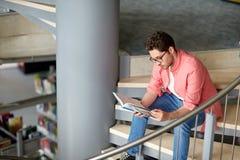 Studencka chłopiec lub młodego człowieka czytelnicza książka przy biblioteką Zdjęcia Royalty Free