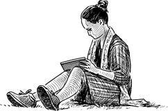 Studencka dziewczyna czyta książkę na gazon trawie royalty ilustracja